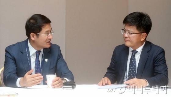 성화용 더벨 대표(오른쪽)와 쑨완송 IUIA 이사장이 28일 서울 광장동 쉐라톤워커힐호텔에서 열린 'Born 2 Global Camp, 2016 Asia'에서 대담하고 있다./사진=홍봉진 기자