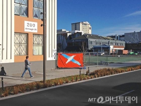 이우성은 지진으로 공터가 생긴 도시인 뉴질랜드 크라이스트처치를 이동하며 빈벽에 '알바트로스'를 걸어두는 전시를 했다. /사진제공=이우성