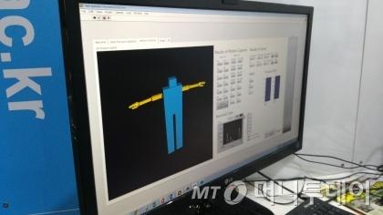 원격 조정 재난 대응 로봇과 연결된 컴퓨터가 몸동작에 따른 수치를 실시간으로 연산처리하는 모습/사진=류준영 기자