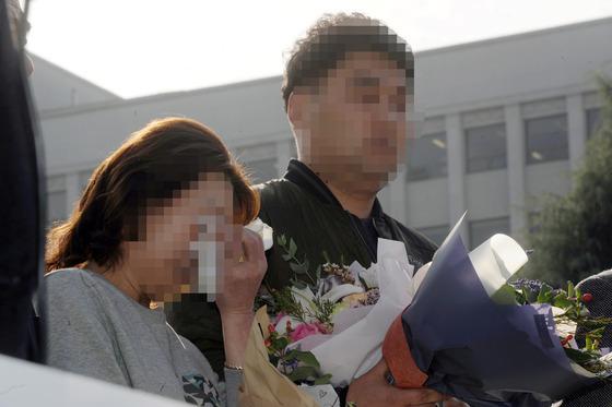 17일 광주고등법원에서 '약촌오거리 살인사건' 재심에서 무죄를 선고받은 최모씨(31·오른쪽)가 법원 앞에서 기자회견을 하고 있다. 최씨 어머니는 감정에 북받쳐 눈물을 흘렸다./사진=뉴스1