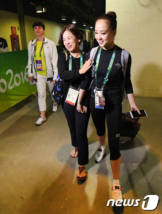 2016년 리우올림픽 당시 손연재가 어머니 윤현숙씨와 손을 잡고 경기장을 나서고 있다./사진=뉴스1