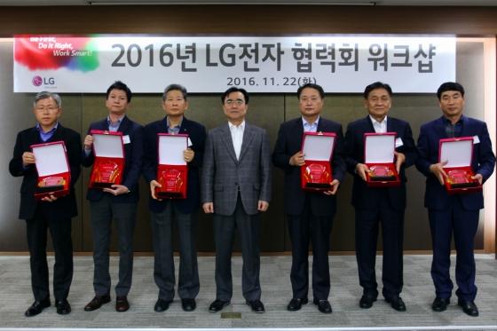 '기술혁신' 및 '원가절감' 분야에서 'LG전자 동반성장 어워드'를 수상한 6개 협력사 대표들이 LG전자 구매센터장 이시용 전무(가운데)와 함께 기념촬영을 하고 있다./사진제공=LG전자