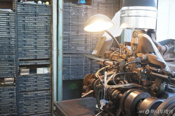 활판인쇄박물관에 소장된 장비들은 전주 제일활자의 활자, 대구 봉지인쇄의 절단기 등으로 구성된 것으로 국내 마지막 활자공장들의 역사를 다시 세우는 노력의 일환으로 평가받고 있다. /사진제공=아시아출판<br />