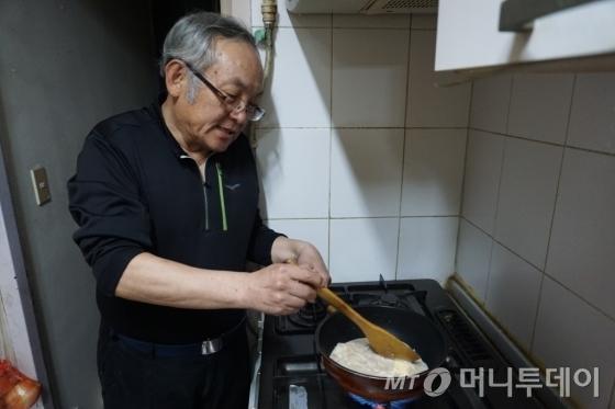 모친을 위해 새우 요리를 만드는 정성기씨. /사진=김지훈 기자