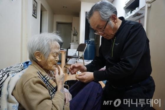 에세이 '나는 매일 엄마와 밥을 먹는다'를 출간한 저자 60대 정성기(오른쪽)씨가 치매를 앓는 90대 노모인 전정금씨 입안에 캐러멜을 넣어 드리고 있다. /사진=김지훈 기자