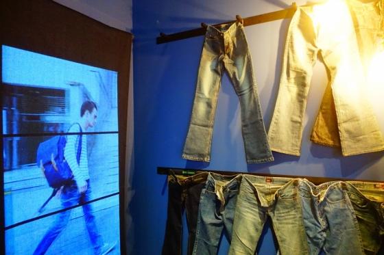 푸른색(靑) 전시실 한쪽 벽면에 전시된 청바지와 청바지를 입은 외국인의 영상. /사진=김유진 기자