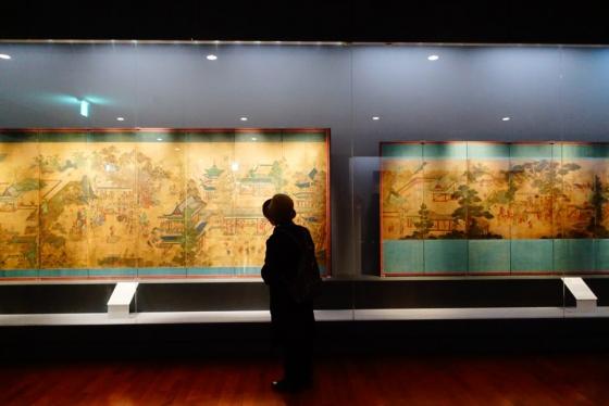 한 관람객이 국립고궁박물관에 전시된 '곽분양행락도'를 관람하고 있다. /사진=김유진 기자