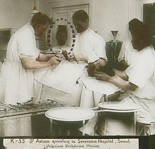 외과수술을 보조하는 박서양. /사진=위키피디아