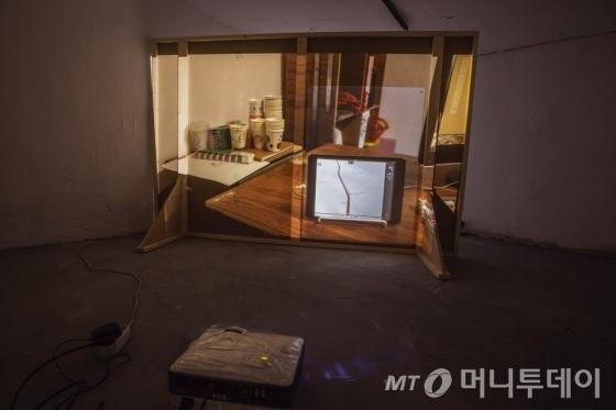 조혜진 작가의 '모의주행 작업실-공장-자판기', 양면투사 영상, 7시간 42분, 2016. /사진제공=아마도 예술공간