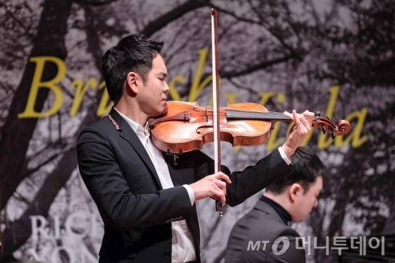 리처드 용재 오닐은 내년 2월 전국 투어 독주회를 개최한다. /사진제공=유니버설뮤직