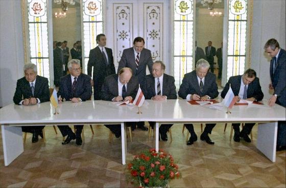 25년 전 오늘(1991년 12월 21일) 사회주의 국가의 맹주 소련(소비에트 사회주의 공화국 연방)이 해체됐다. 사진은 이날 소련 해체와 독립국가연합(CIS) 가입에 서명하는 각국 대표들. / 사진=위키피디아