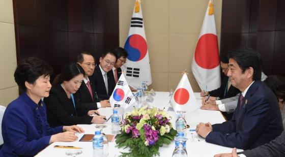 박근혜 대통령과 아베 신조 일본 총리가 9월7일 오후(현지시간) 라오스 비엔티안 국립컨벤션센터에서 정상회담을 하고 있다. /사진=뉴시스