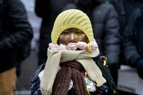 오는 28일은 '한일 위안부 합의'가 이뤄진지 만 1년이 되는 날이다. 사진은 평화의 소녀상에 털모자와 목도리가 입혀져 있는 모습. /사진=뉴스1