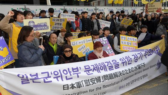 지난 11월16일 열린 '제1257차 일본군 위안부 문제해결을 위한 수요시위'에 참석한 피해자 할머니들과 시민들의 모습. /사진=뉴스1
