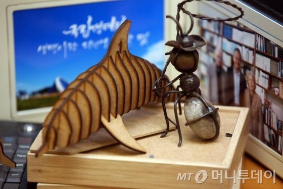 최 교수의 연구실에 놓여있는 제돌이(2009년 제주 바다에서 불법포획돼 돌고래쇼 등을 하다 2013년 7월 제주 바다에 방사된 남방큰돌고래)와 개미 모형. /사진=임성균 기자