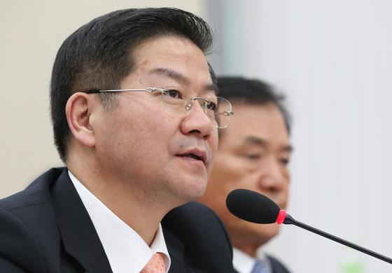 성영훈 국민권익위원장이 지난 10월 10일 국회에서 열린 정무위원회의 국정감사에서 의원들의 질의에 답변하고 있다./뉴스1