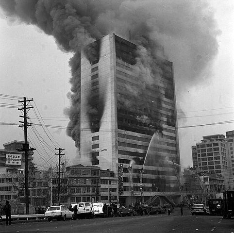 1971년 12월25일 서울 중구 충무로의 대연각호텔에서 사상자 200여명을 낸 화재사고가 발생했다. 당시 현장 모습. /사진제공=서울시 소방재난본부