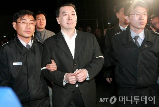 2007년 11월 BBK 사건의 핵심인물 김경준씨가 서울구치소로 이동하기 위해 서울중앙지검을 나서고 있다