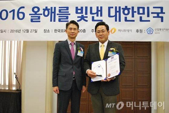 김대현 한그린테크 대표(오른쪽)가 기술혁신대상을 수상하고 박종면 머니투데이 대표와 기념 촬영 중이다/사진=중기협력팀 오지훈 기자
