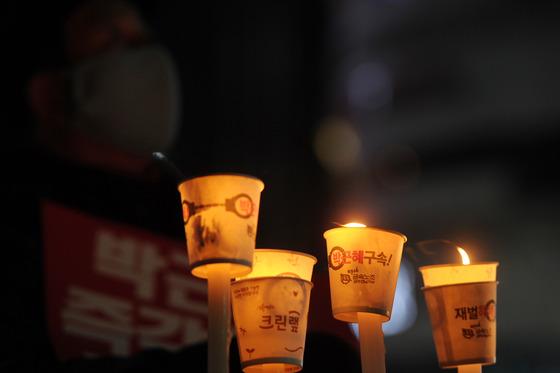 31일 오후 광주 동구 금남로 일원에서 열린 10차 촛불집회에서 시민들이 초를 들고 박근혜 대통령 즉각 퇴진을 촉구하고 있다. 2016.12.31/뉴스1  <저작권자 © 뉴스1코리아, 무단전재 및 재배포 금지>
