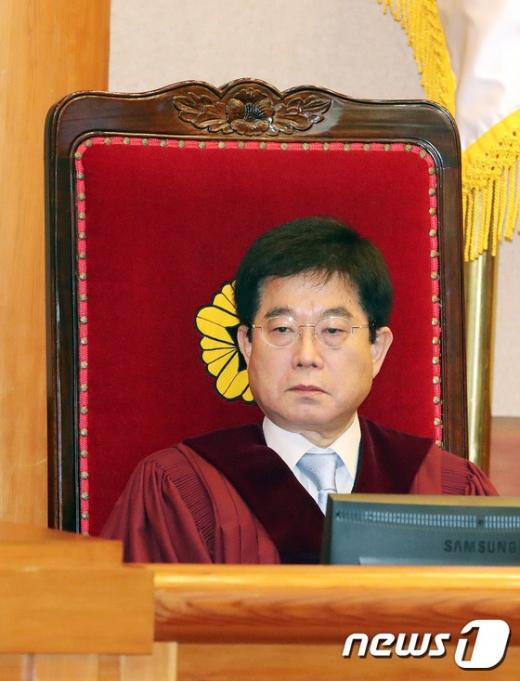 [사진]헌재 1차변론기일에 자리한서기석 재판관