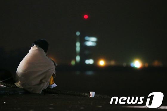 2014년 4월16일 세월호 참사가 발생한 이튿날 전남 진도군 임회면 팽목항에서 한 실종자 가족이 구조소식을 기다리고 있다./사진=뉴스1