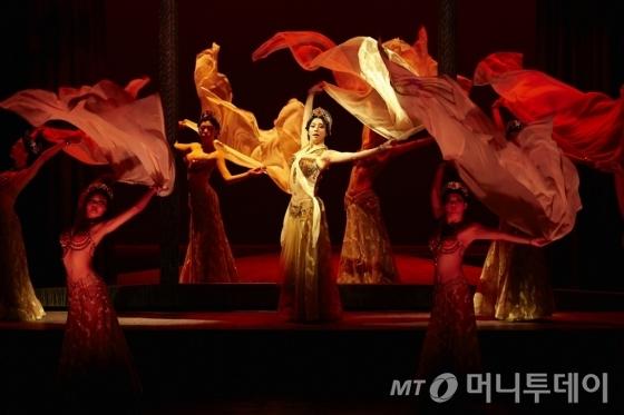 지난해 처음 선보인 대형 창작뮤지컬 '마타하리'는 올해 6월부터 8월까지 세종문화회관 대극장에서 3달 가까이 공연을 이어간다. /사진제공=세종문화회관