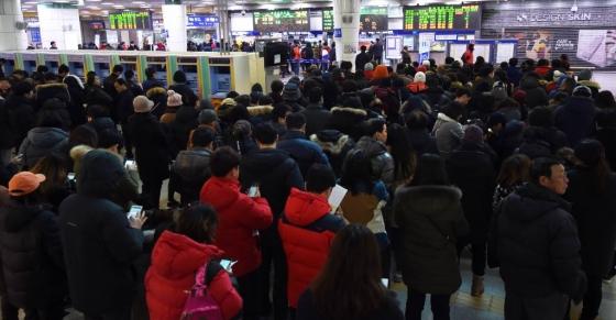 10일 오전 올해 설날연휴 한국철도공사(코레일·KORAIL)  KTX 등 열차티켓을 구입하기 위해 시민들이 기다리고 있다. / 사진=뉴시스