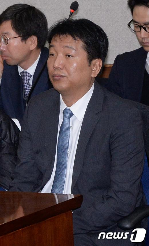 [사진]첫 공판 출석한 김영수 전 포레카 대표