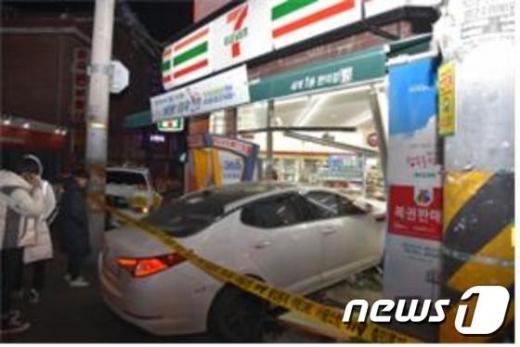 서울 화곡동서 차량 추돌사고 후 편의점 돌진…2명 경상