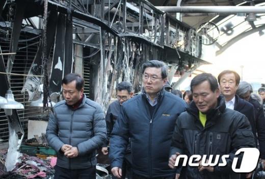 [사진]주영섭 중소기업청장, 여수 수산시장 화재현장 방문