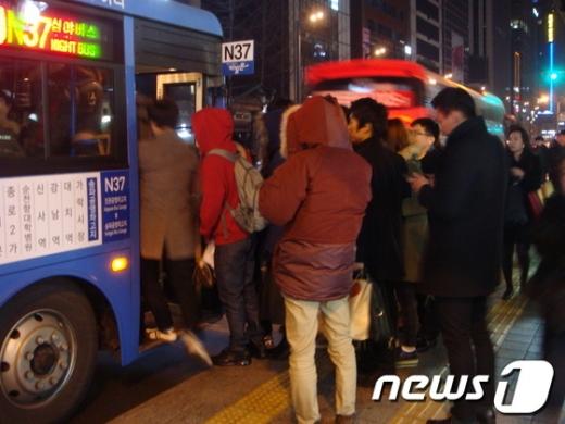 """서울시 올빼미버스 증차효과 '톡톡'…""""실내 혼잡도 17%p 완화"""""""