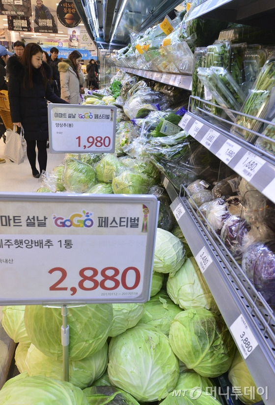 설 연휴를 열흘여 앞둔 15일 오전 서울의 한 대형마트에서 시민들이 장을 보고 있다. 한국농수산식품유통공사의 조사 결과에 따르면 설 차례상 관련 28개 성수품 가격은 전통시장 25만4000원, 대형유통업체 34만1000원으로 전년에 비해 각각 8.1%, 0.9% 상승한 것으로 나타났다. /사진=뉴스1  <저작권자 © 뉴스1코리아, 무단전재 및 재배포 금지>