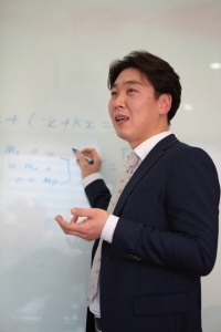 ↑ 양동호 연구원이 소음과 진동에 관한 기술을 설명하고 있다. /=현대엘리베이터 제공