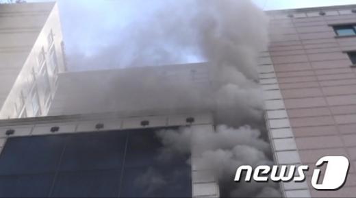 서울 용산구 오피스텔서 불…2명 구조
