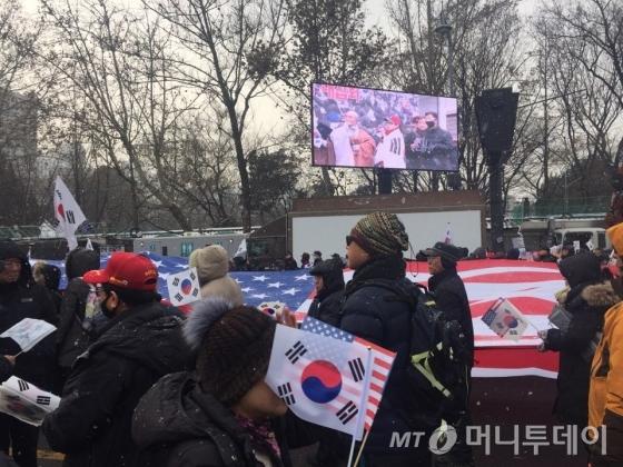 21일 오후 서울 덕수궁 대한문 일대에서 열린 '10차 태극기 집회'에서 대형 성조기가 등장했다. /사진=방윤영 기자
