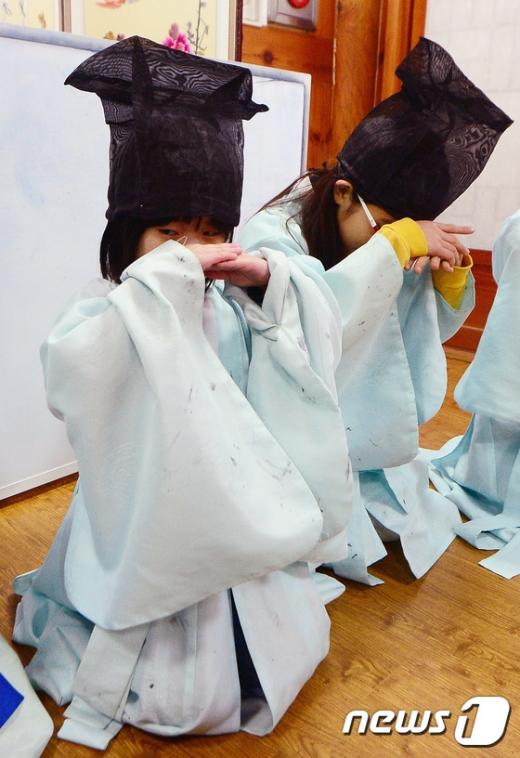 [사진]'큰 절 연습 한창'