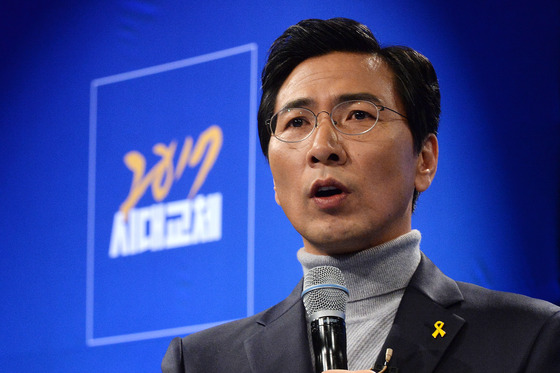 안희정 충남도지사가 22일 서울 종로구 대학로 굿시어터에서 열린 토크쇼 '전무후무 즉문즉답'에서 대선출마 의사를 밝히고 있다. /사진=뉴스1