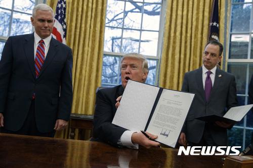 도널드 트럼프 미국 대통령이 지난 23일 백악관 대통령 집무실에서 환태평양경제동반자협정(TPP)을 탈퇴한다는 내용의 행정명령에 서명하고 있다. / 사진=뉴시스
