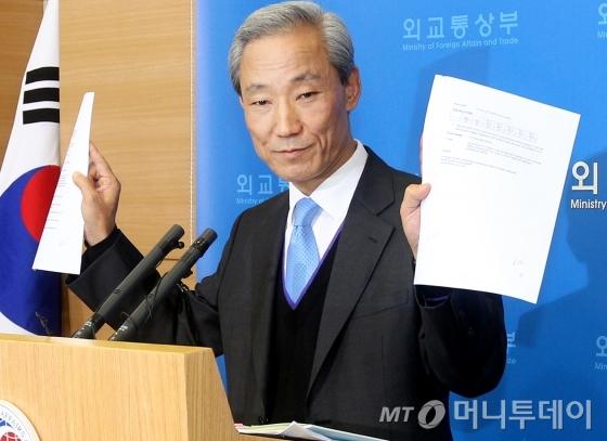 2007년 김종훈 전 한미FTA 통상교섭본부장이 한미 FTA 타결에 대한 공식 발표를 하고 있다. / 사진= 홍봉진 기자