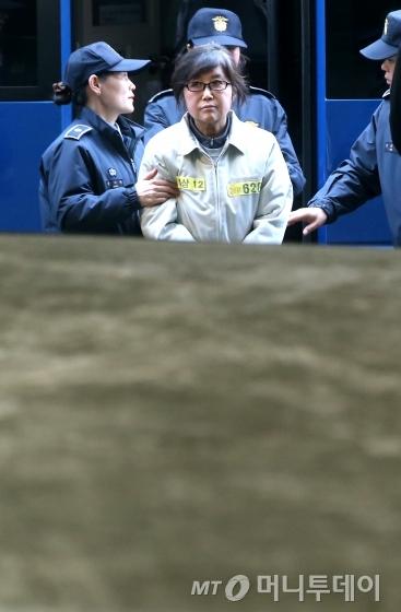 특검 출석 요구에 6차례나 응하지 않은 최순실 씨가 체포영장을 발부 받은 뒤 25일 오전 서울 대치동 특검사무실로 강제소환되고 있다./사진=홍봉진 기자