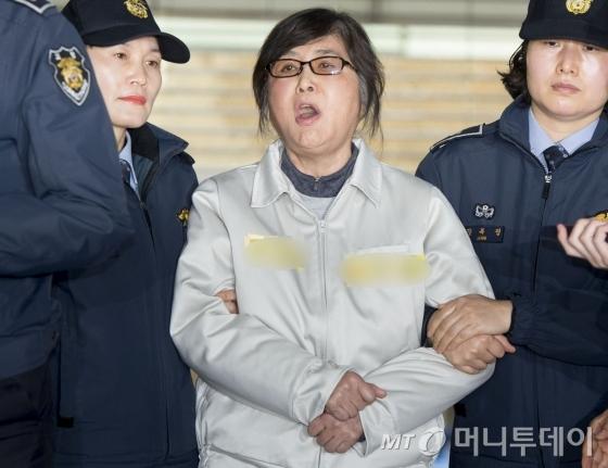 최순실 씨가 25일 오전 서울 대치동 특검사무실로 강제소환되고 있다. 최 씨는 특검사무실로 소환되며 &amp;quot;민주주의 특검 아니다&amp;quot;라는 등 억울함을 호소했다./사진=홍봉진 기자 <br />