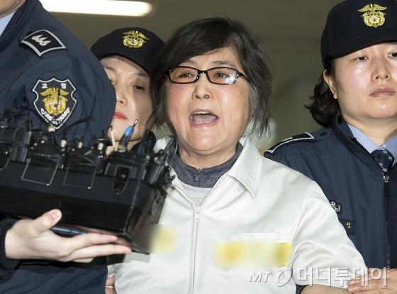 최순실 씨가 25일 오전 서울 대치동 특검사무실로 강제소환되고 있다. 최 씨는 특검사무실로 소환되며 &amp;quot;민주주의 특검 아니다&amp;quot;라는 등 억울함을 호소했다./사진=홍봉진 기자 <br /> <br />