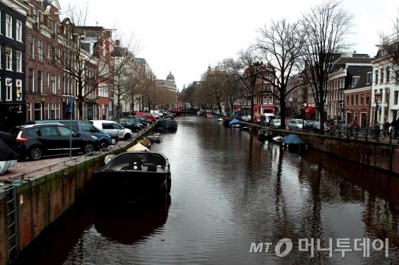 암스테르담 안네의 집으로 가는 길에 만난 운하/사진=이호준 시인·여행작가