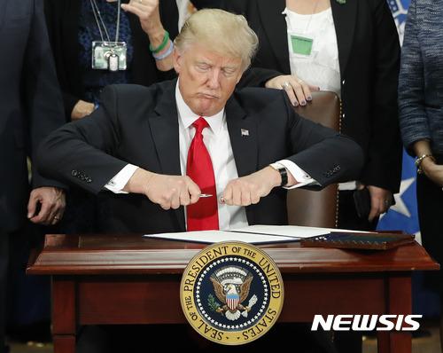 도널드 트럼프 미국 대통령이 25일(현지시간) 워싱턴 국토안보부를 방문하는 자리에서 멕시코 국경에 장벽을 세우도록 하는 행정명령에 서명했다. /사진=뉴시스.