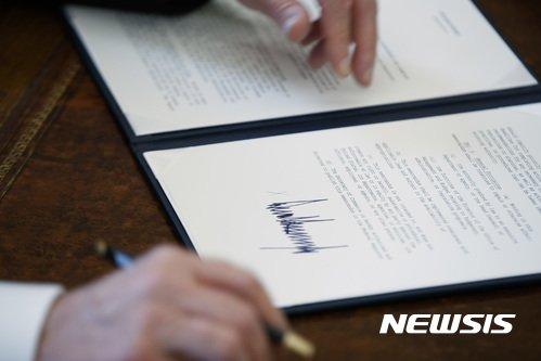 도널드 트럼프 미국 대통령이 24일(현지시간) 워싱턴 백악관에서 대형 송유관 신설을 재협상하는 내용의 행정명령에 서명했다.