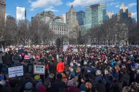 29일 뉴욕에서 도널드 트럼프 미국 대통령의 반이민 행정명령에 반대하는 시민들이 집회를 벌이고 있다. /뉴욕(미국)=뉴스1