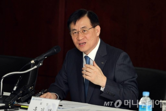 홍기택 산은 회장이 28일 서울 여의도 본점에서 2015년 신년 기자간담회를 열고 있다.