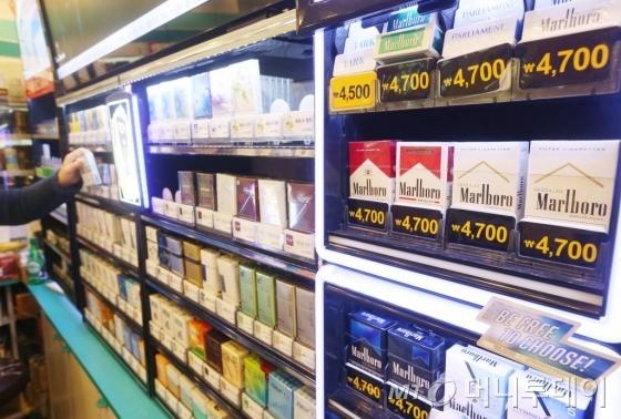 정부의 금연종합대책에 따라 담배가격이 2000원씩 오른 첫날인 2015년 1월1일 오전 서울 종로구의 한 편의점에서 인상된 가격으로 담배가 판매되고 있다.