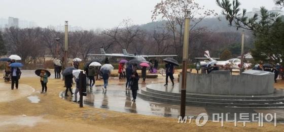 지난달 29일 비가 오는 가운데 시민들이 서울 동작구 보라매공원에서 '포켓몬고'를 즐기고 있다. 보라매공원은 한때 인기 캐릭터인 피카츄가 자주 출범해 '피카츄 성지'라는 별명을 얻었다. /사진=서진욱 기자.